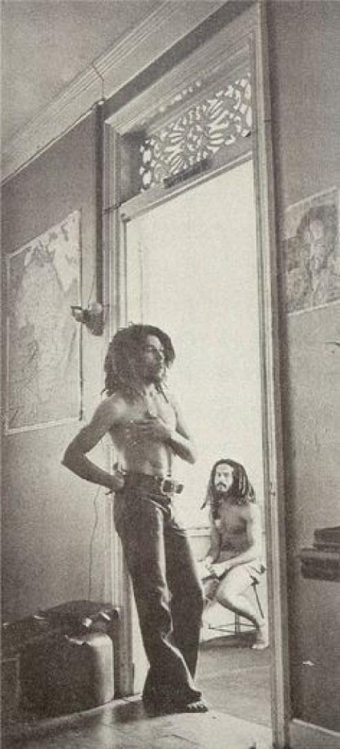 Bob Marley, em primeiro plano, é observado por Allan Cole - Arquivo Pessoal