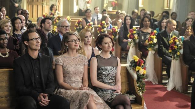 Episódio 'Crise na Terra X – Parte 1': O grupo se aproxima para o casamento de Barry e Iris, mas a cerimônia é invadida por vilões da Terra-X.