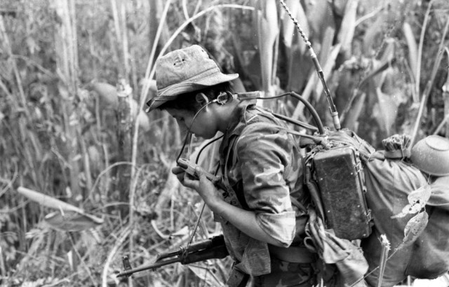 Alberto Bracamontes utilizando radio en la guerra. Foto: Cortesía - Archivo personal de Óscar Navarrete.