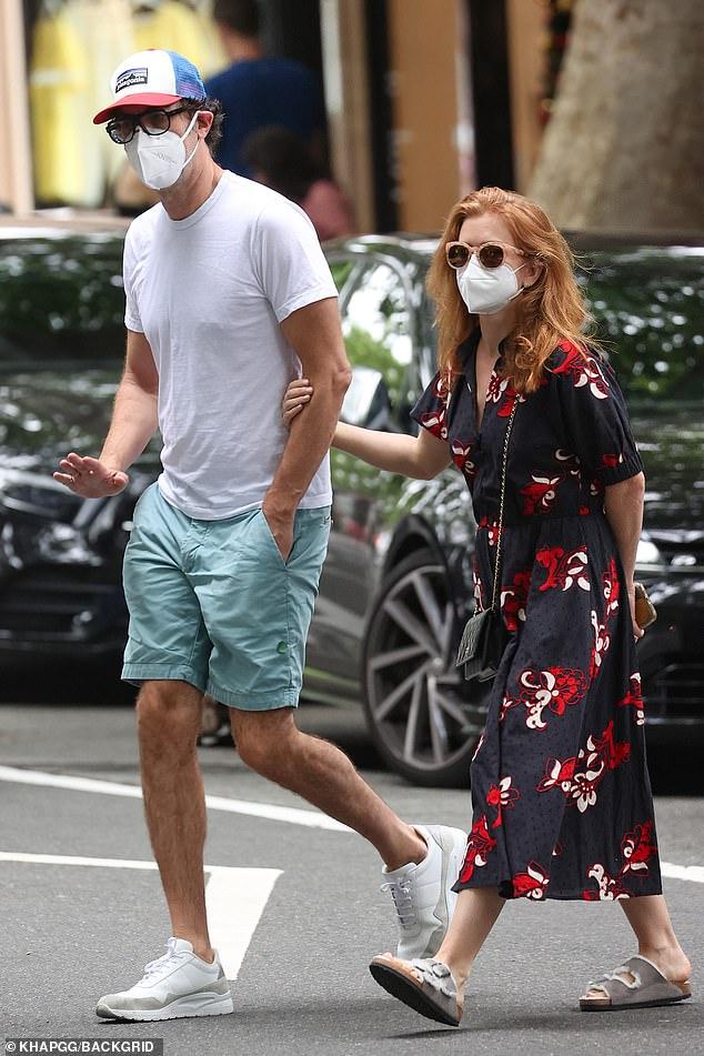 ¡Acomodándose bien!  Sacha Baron-Cohen e Isla Fisher parecían la imagen de la felicidad mientras se dirigían a una cita bañada por el sol en Sydney el viernes, en medio de rumores de que se mudarán permanentemente a Australia.