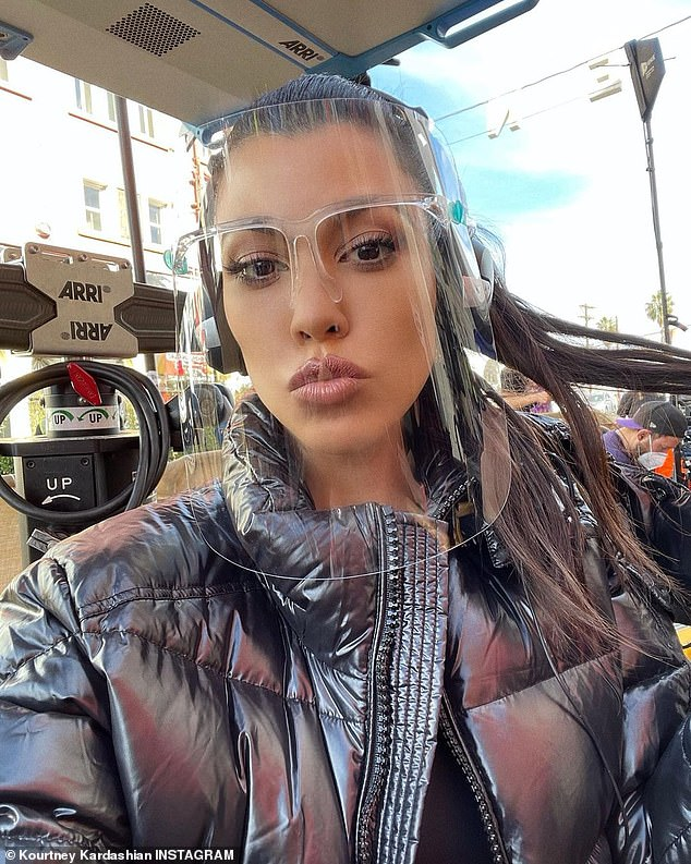 Mantenerse a salvo: Kourtney Kardashian regresó al set de la nueva versión de She's All That de BFF Addison Rae, dos días después de revelar que interpretará a Jessica Miles Torres en la próxima película.