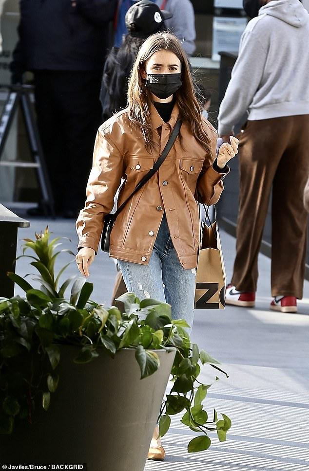 El viernes: la actriz Lily Collins fue vista en West Hollywood, ocupándose de los recados para las vacaciones.