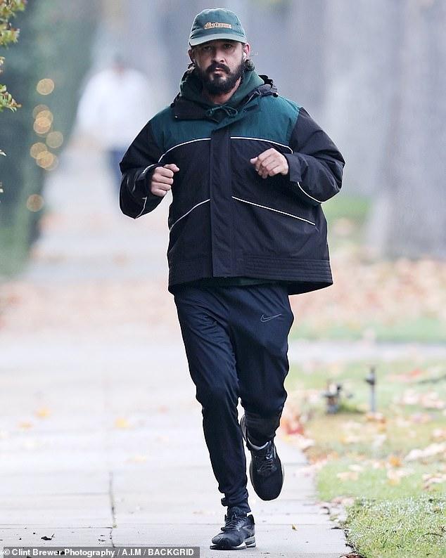 Huyendo: Shia LaBeouf, de 34 años, fue visto haciendo jogging en Los Ángeles el sábado por la mañana, un día después de que su exnovia presentara una demanda contra él acusándolo de abuso.