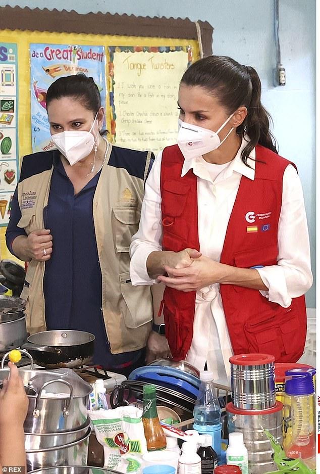 La Reina Letizia de España lució sombría hoy mientras entregaba ayuda humanitaria a un refugio en el Valle de Sula de Honduras que fue devastado por huracanes.