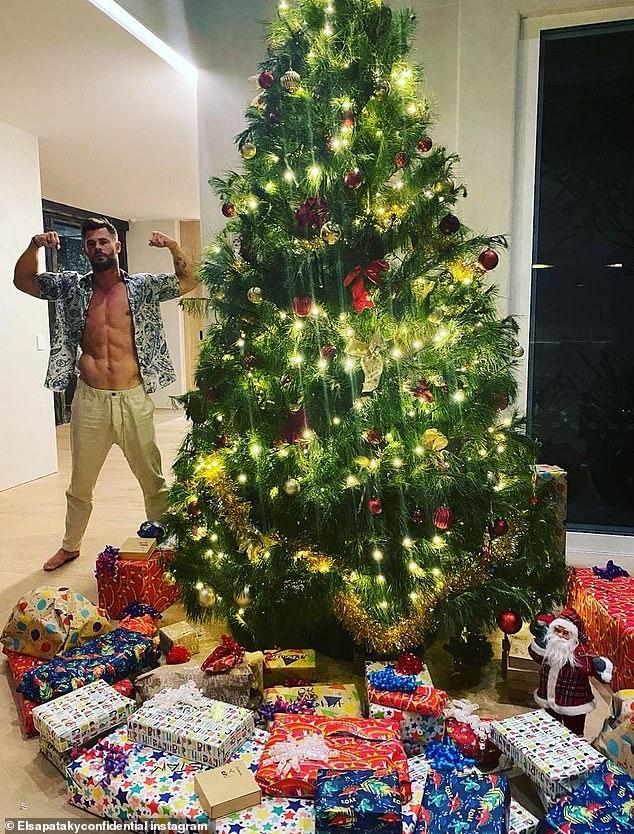 ¡Qué regalo!  Elsa Pataky, de 44 años, bromeó con que su esposo Chris Hemsworth, de 37 años, le había regalado una 'figura de acción' de sí mismo como Thor para Navidad el jueves, subiendo esta foto del galán mostrando sus abdominales ondulados junto a su árbol altísimo.
