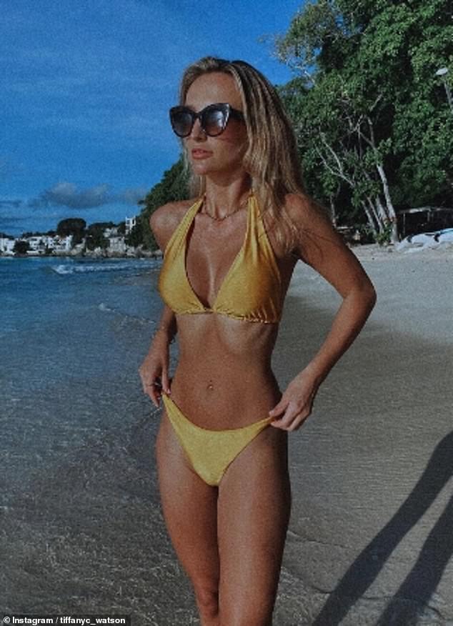 Exhibición chisporroteante: Tiffany Watson usó Instagram durante el fin de semana para compartir una serie de fotos en bikini de su escapada festiva a Barbados con su familia