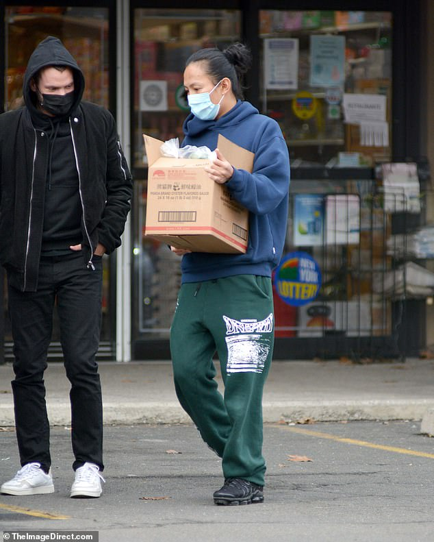 Visto: Alexander Wang (derecha) se unió a un compañero masculino en un supermercado asiático en Scarsdale, Nueva York el lunes en su primer avistamiento desde que negó una serie de acusaciones de acoso y agresión sexual.