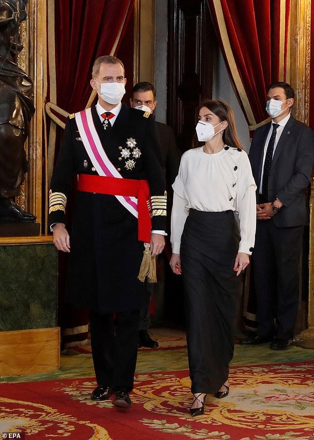La reina Letizia de España, de 48 años, lució impecable hoy en un conjunto monocromático cuando se unió a su esposo, el rey Felipe VI, de 52 años, para un desfile militar en el Palacio Real.
