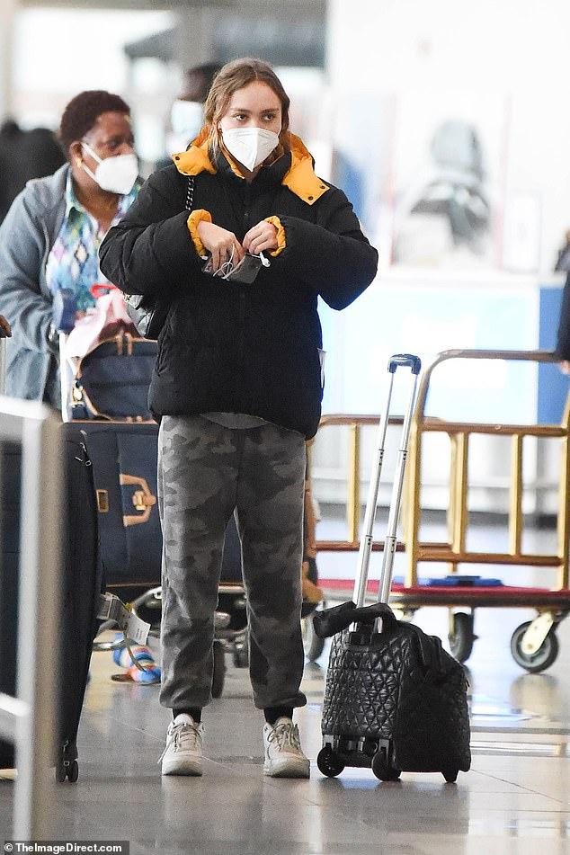 Viajes: Lily-Rose Depp optó por una apariencia relajada cuando llegó al aeropuerto JFK en la ciudad de Nueva York el martes.