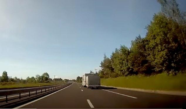 Un automovilista británico fue arrestado por la policía francesa por conducir en sentido contrario por una autopista en la víspera de Año Nuevo después de haber sido rechazado en la frontera española.