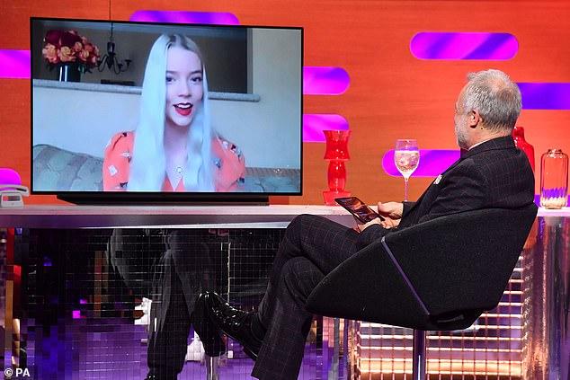 'Fue demasiado': apareciendo en el episodio del viernes de The Graham Norton Show, Anya Taylor-Joy dijo que 'nunca había experimentado' algo como su nuevo éxito antes