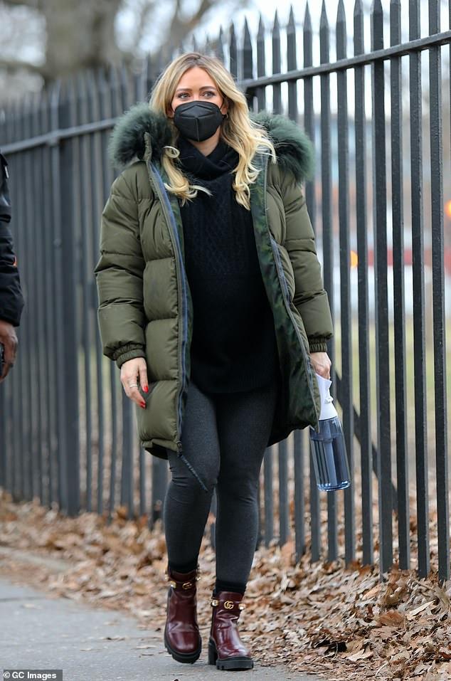 Elegante: la estrella de Lizzie McGuire, Hilary Duff, parecía estar de buen humor el viernes mientras caminaba por la ciudad de Nueva York luciendo un elegante look de invierno.