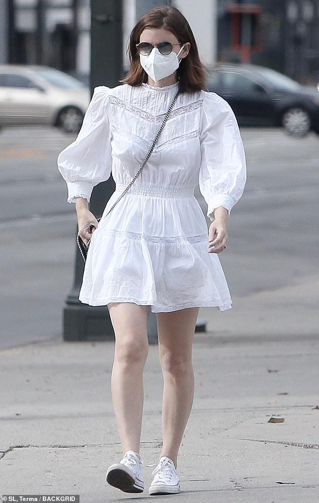 Exhibición angelical: Kate Mara realizó una exhibición angelical en blanco de la cabeza a los pies, mientras se ponía un elegante vestido de muñeca con un cuello con volantes y mangas onduladas, mientras hacía recados en Beverly Hills.