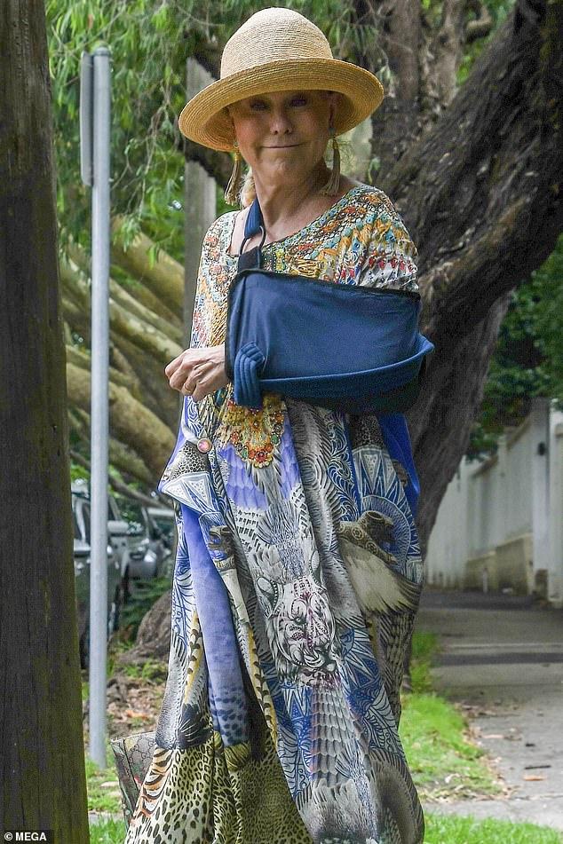 ¡En el remiendo!  Kerri-Anne Kennerley reveló su cabestrillo al salir en Sydney después de caer de un trapecio durante una actuación del musical teatral Pippin.