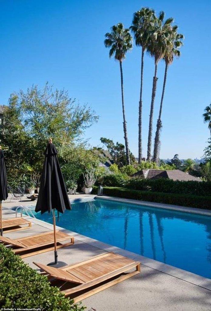 En venta: Ashley Tisdale ha puesto su casa en Los Ángeles en el mercado con un precio de cotización considerablemente marcado de $ 5.8 millones después de comprarla en junio de 2019 por $ 4.1 millones.
