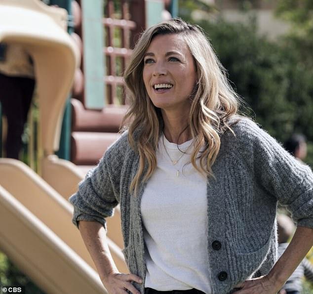 La reina de NBC: Natalie Zea ha destacado junto a Walt Goggins en la comedia El unicornio esta temporada.  Pero en el otoño la belleza rubia se dirigirá a la NBC para protagonizar la nueva serie La Brea, sobre una familia que cae en un sumidero lo que les provoca viajar en el tiempo.