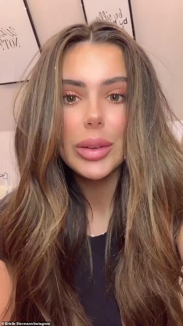 En cuarentena: Brielle Biermann, de 23 años, dio positivo por COVID-19 mientras comparte en Instagram que 'todavía se está recuperando' mientras se pone en cuarentena en su salón familiar