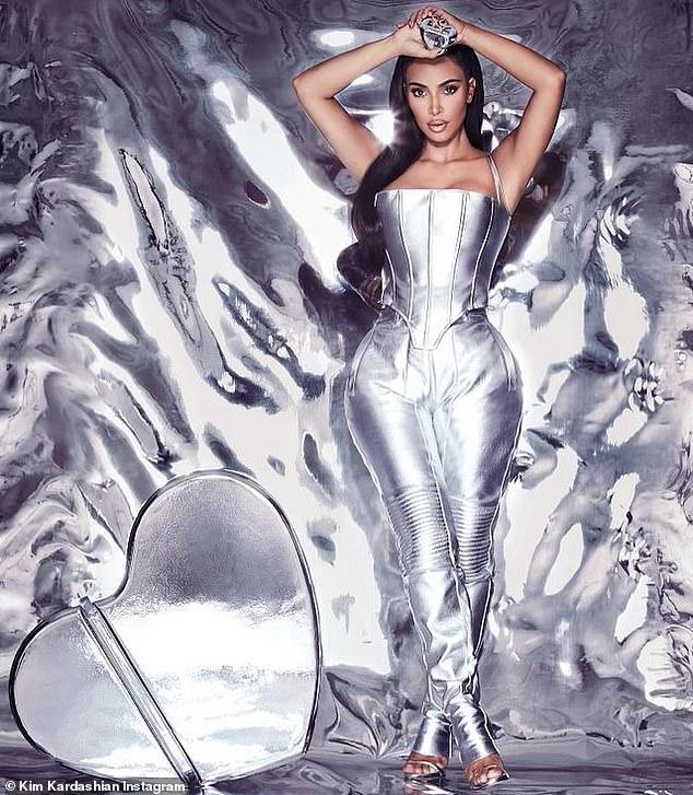 Haciendo que suceda: en medio de un torbellino de rumores de que está a punto de divorciarse de Kanye West, Kim Kardashian estaba ocupada promocionando su marca de perfumes en Instagram este jueves.
