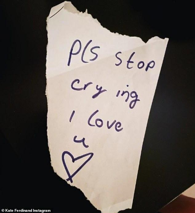 'Por favor, deja de llorar': Kate Ferdinand mostró una dulce nota escrita a mano de su hijastra Tia, de nueve años, pidiéndole que dejara de llorar después de sentirse abrumada por la emoción.