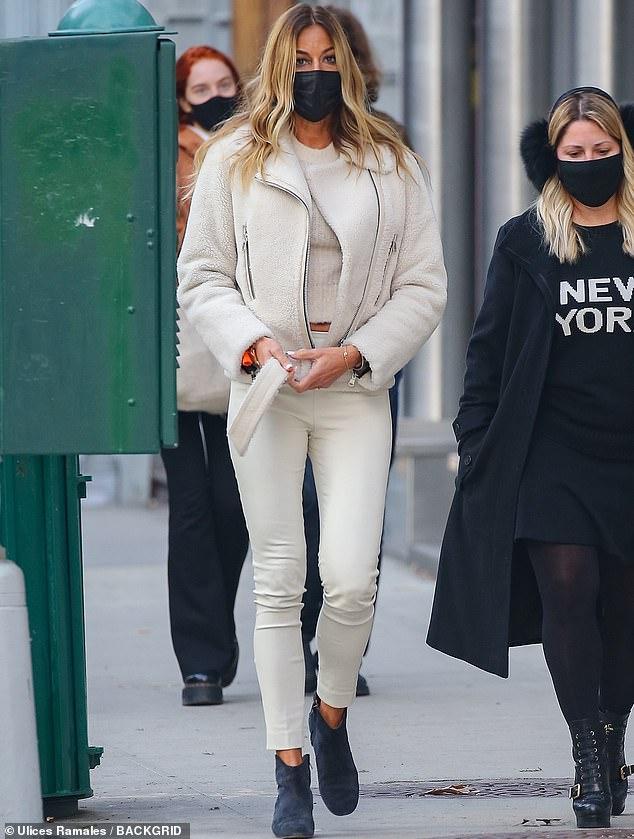 Piernas por días: Se ha establecido como una fashionista del mundo del espectáculo.  Y Kelly Bensimon, de 52 años, volvió a demostrar su estilo urbano ganador mientras salía con un par de amigos en Nueva York esta semana.