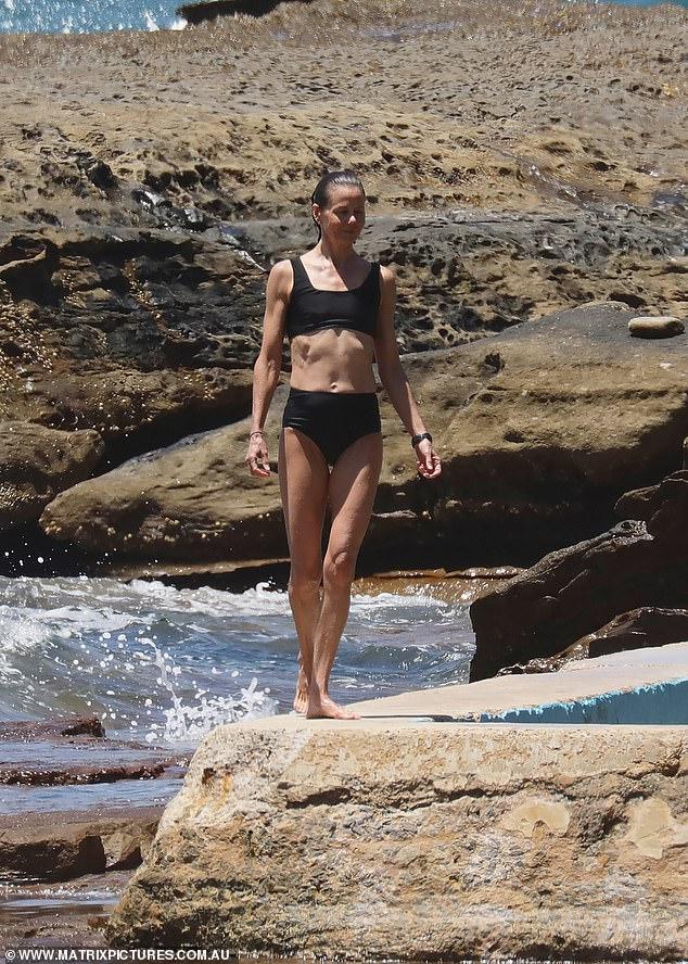 ¡Tomando el sol!  Antonia Kidman, de 50 años, mostró su esbelto cuerpo en bikini cuando llegó a la playa con sus hijos Nicholas, Alexander y James en Sydney el jueves.