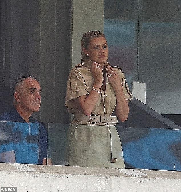 Ring-a-ding-ding!  La novia del jugador de críquet Nathan Lyon, Emma McCarthy.  29, (en la foto) fue vista mostrando lo que parecía ser un anillo de compromiso mientras lo veía jugar su partido número 100 en el Gabba el sábado.
