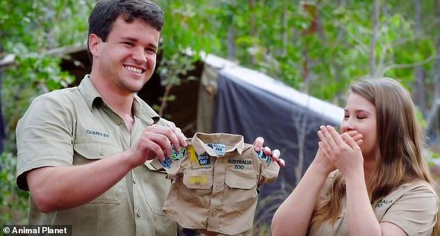 Waterworks: ¡En un nuevo tráiler de la próxima temporada tres de Crikey!  Son los Irwin, Bindi contuvo las lágrimas de alegría mientras hablaba de su embarazo.  En la foto con su esposo Chandler Powell