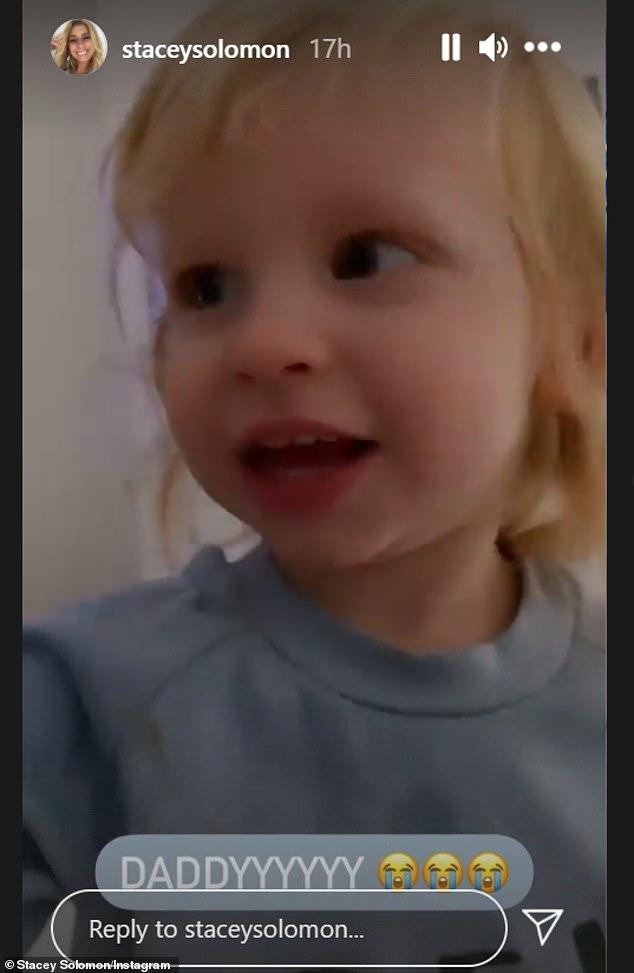 Papá: Stacey Solomon compartió un adorable video de su hijo Rex gritando de emoción mientras veía a su papá Joe Swash aparecer en Dancing On Ice el domingo.
