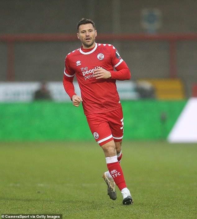 Cuarentena: Mark Wright se ha visto obligado a aislarse en casa después de que once de sus compañeros de equipo del Crawley Town Football Club dieron positivo por coronavirus.