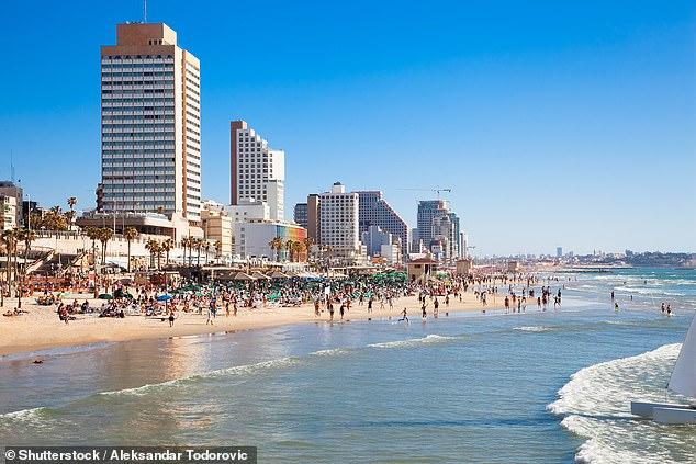 El tramo de playa de arena de seis millas de Tel Aviv, que se divide en 10 secciones, cada una con su propio carácter