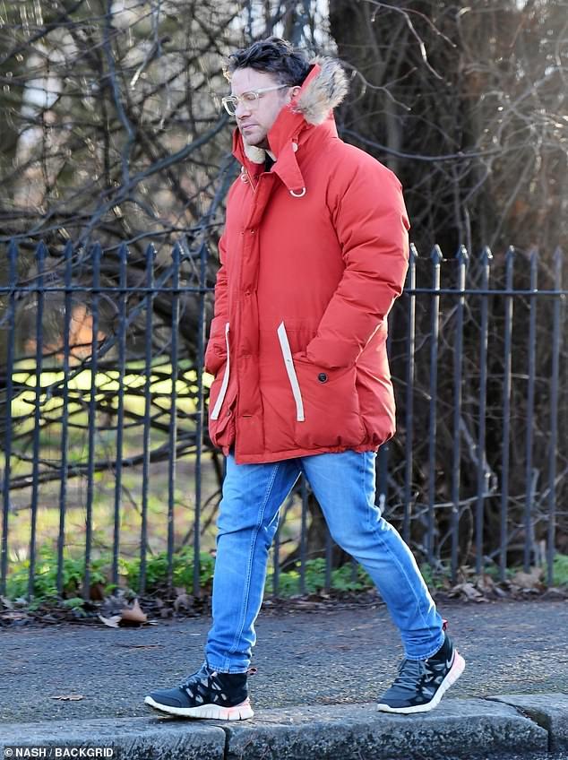Paseo en solitario: Jamie Oliver fue visto disfrutando de un descanso de la cocina el lunes, cuando fue a dar un paseo en solitario por las calles de su barrio de Londres.