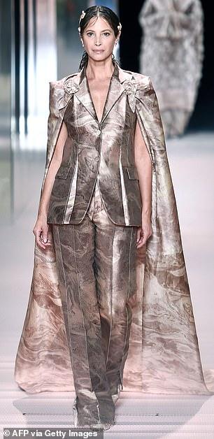 ¡Del desfile de modas a la vida real!  Christy Turlington, de 52 años, es una reina del glamour en un desfile de moda de París