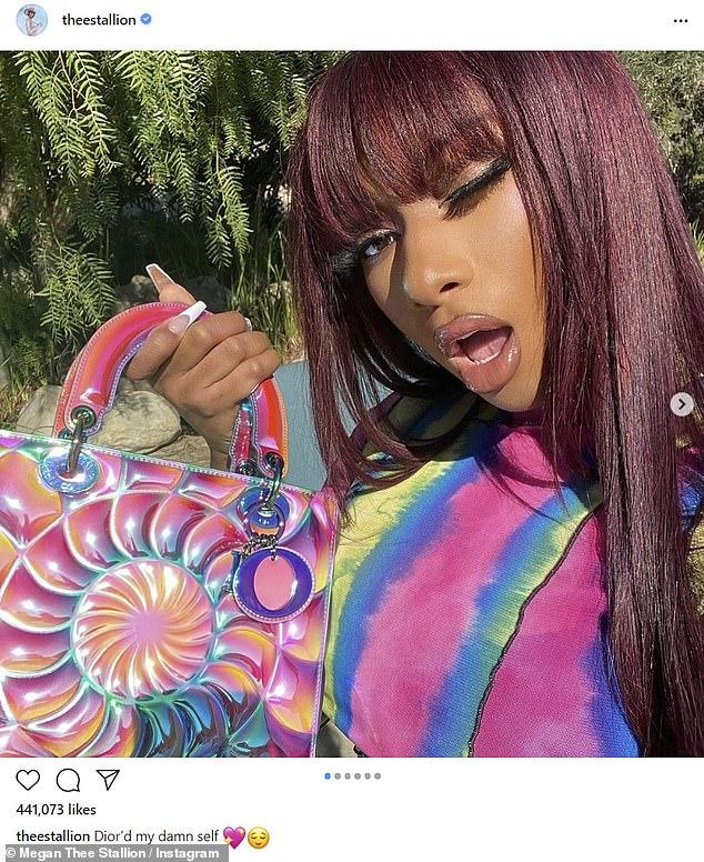 Vibraciones de Lisa Frank: Megan Thee Stallion compartió su obsesión con un bolso iridiscente de Dior muy exclusivo, ya que tomó Instagram el sábado con algunas selfies cubiertas de arcoíris, con la colorida pieza.