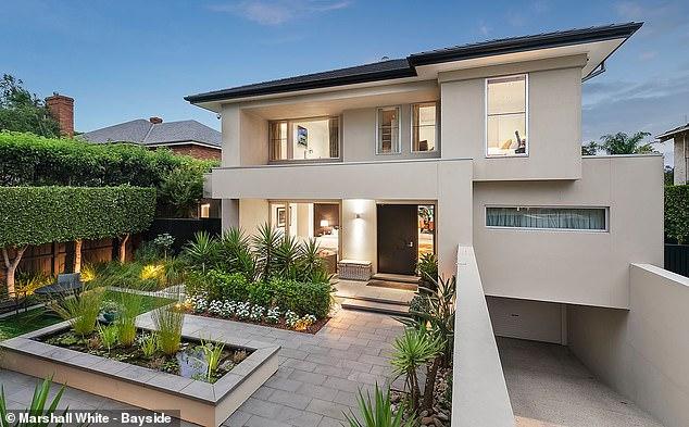 A través del ojo de la cerradura: una lujosa mansión que alguna vez fue propiedad de la leyenda del cricket Shane Warne ha llegado al mercado.  La casa de cinco habitaciones y seis baños en Brighton de Melbourne se subastará el 13 de febrero con un precio inicial de $ 9,5 millones a $ 10,45 millones.