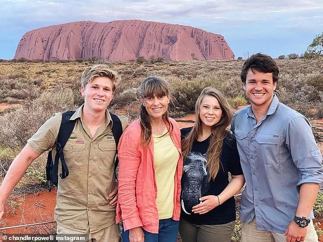 Viaje especial: Bindi Irwin, de 22 años, pasó un buen rato con su familia antes de la llegada de su primer hijo, una niña, con Chandler Powell, de 24, en unas ocho semanas.  En la foto: Bindi y Chandler con Robert, 17, y Terri, 56, en Uluru