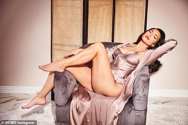 ¡Bomba!  Kim Kardashian se volvió retro para su última campaña SKIMS mientras se vestía de seda de color dorado y bronce en una sesión de fotos retro para la última colección de ropa de estar