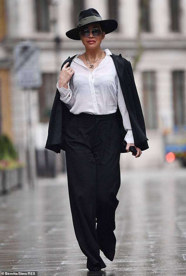 Trabajándolo: Myleene Klass bromeó diciendo que se había inspirado en el estilo del Zorro mientras se dirigía al trabajo el miércoles.