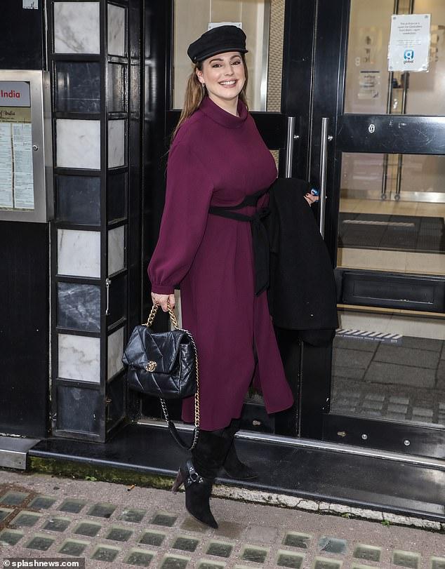 Abeja ocupada: Kelly Brook demostró que no hay descanso para los malvados cuando llegó a los estudios Heart FM para otra edición de su programa de radio en el centro de Londres el miércoles