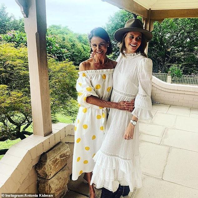¡Sois el doble el uno del otro!  El viernes, la hermana de Nicole Kidman, Antonia, emocionó a los fanáticos mientras posaba junto a su hija Lucía, de 23 años.