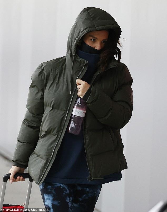 Bajo perfil: Rebekah Vardy intentó mantener un perfil bajo debajo de una chaqueta con capucha el sábado, ya que fue vista por primera vez desde su mediación con su compañero WAG Coleen, de 34 años.