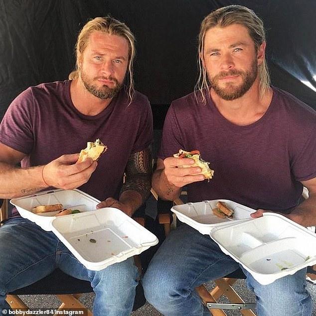Difícil: el doble de acción de Chris Hemsworth, Bobby Holland Hanton (izquierda), reveló el lunes que está luchando por mantenerse al día con el físico asombroso del local de Byron Bay en los últimos meses, debido a que Chris es el 'Thor más grande que jamás haya tenido'
