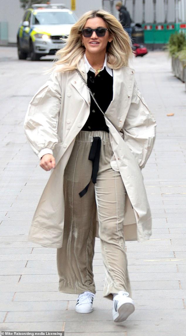 Estilo relajado: Ashley Roberts, de 39 años, se veía genial sin esfuerzo cuando dejó los estudios de Heart FM en el centro de Londres el jueves por la mañana.