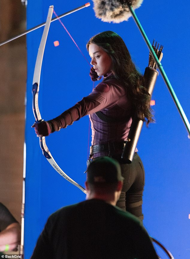 ¡Diana!  Hailee Steinfeld fue vista fingiendo dibujar y disparar una flecha en el set de Atlanta de la próxima serie de Disney + Hawkeye el miércoles por la noche.
