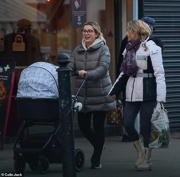 Salida: Dani Dyer de Love Island adoraba a su bebé Santiago mientras lo llevaba a dar un paseo con su madre Joanne Mas el viernes