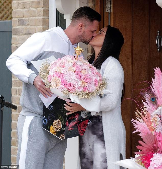 ¡Consentido!  Katie Price recibió dos impresionantes ramos de flores de su novio Carl Woods cuando celebraron su primer día de San Valentín juntos.