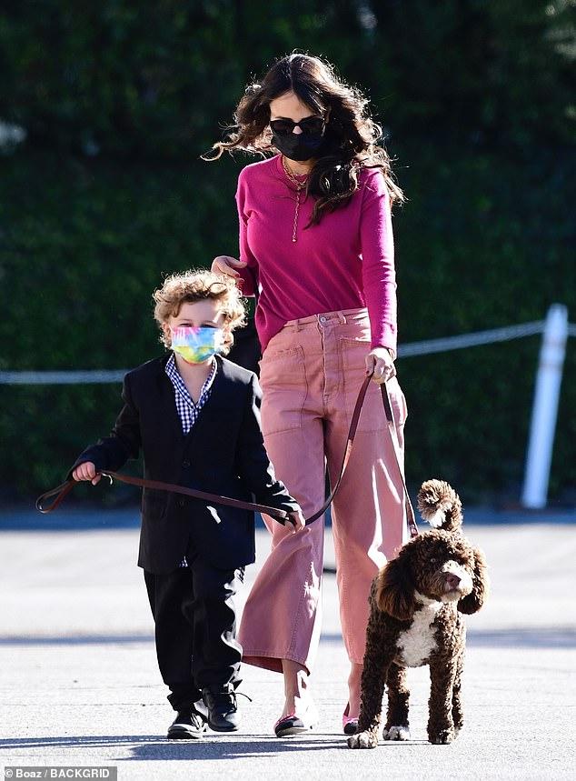 Representando el día: Jordana Brewster estaba vestida de rosa mientras daba un paseo de San Valentín en Los Ángeles con su perro esponjoso y su hijo Rowan de cuatro años.