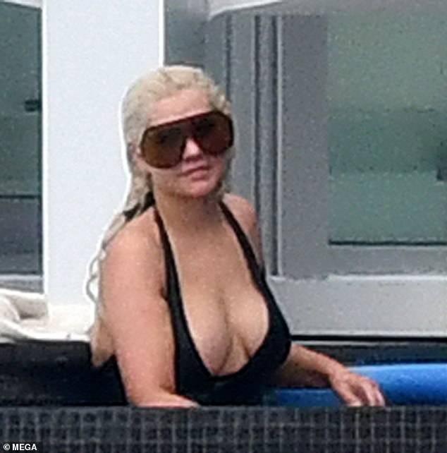 Hermosa: Christina Aguilera, de 40 años, muestra su amplio escote en un traje de baño negro mientras disfruta de un descanso familiar en Miami durante el fin de semana.