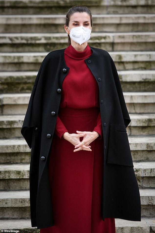 La reina Letizia de España lucía elegante en un conjunto brillante mientras asistía a una exposición en la Biblioteca Nacional de Madrid hoy.