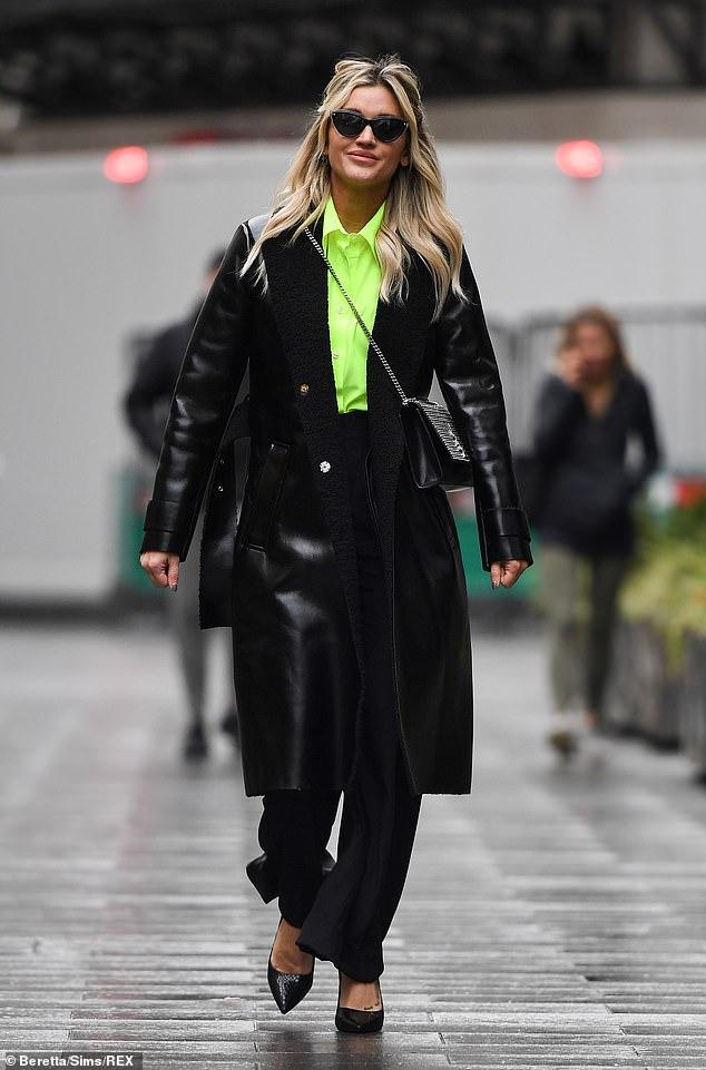 ¡Difícil de perder!  Ashley Roberts hizo una declaración audaz con una blusa verde fluorescente y un abrigo de cuero mientras salía de Global Studios en Londres el miércoles.