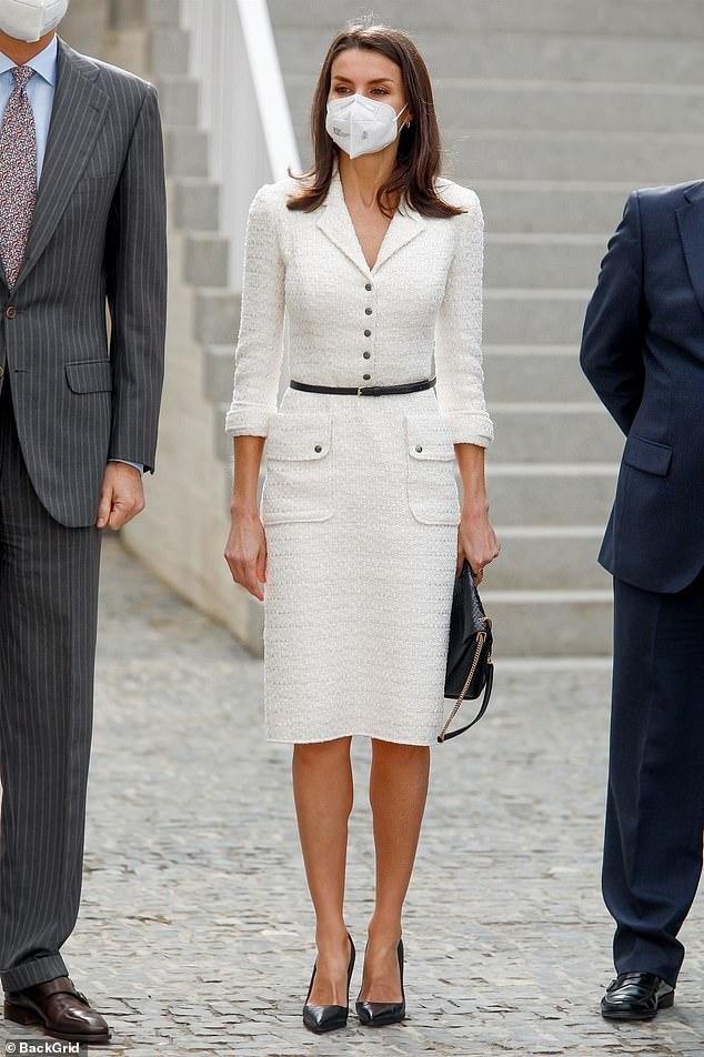 La reina Letizia de España lucía elegante con un atuendo monocromático mientras volvía a usar un vestido de tweed blanco de Felipe Varela con un cinturón negro en Cáceres, Extremadura, el jueves.
